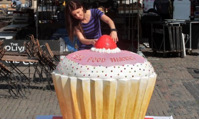 Worlds-largest-cupcake-001